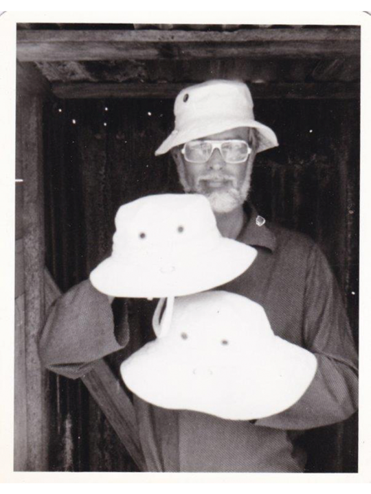 Alex Tilley - le creation des chapeaux Tilley